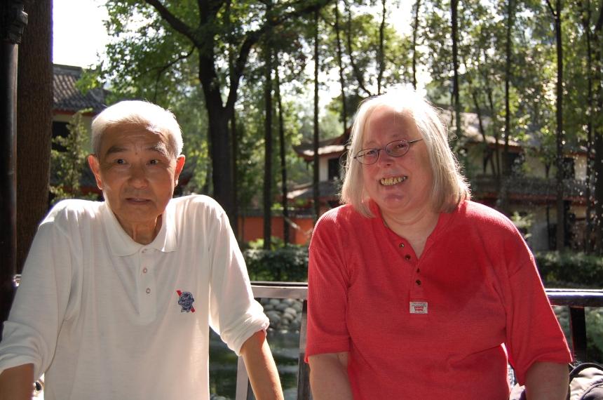 Chengdu 2013 Ulrike im Garten des Wenshu Tempels