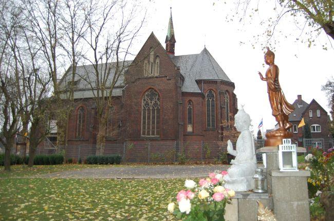 Dortmund: Juxtaposition: Gegensatz Kirche und Buddha