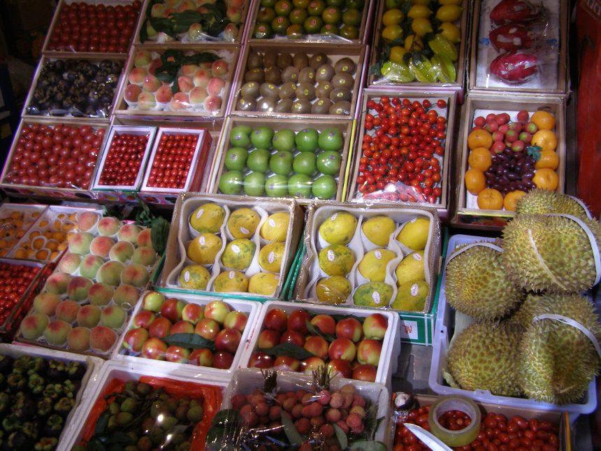 Obstmarkt in Urumqi, man sieht Kirschen, pfirsisch, Kiwi, Durian und vieles mehr.