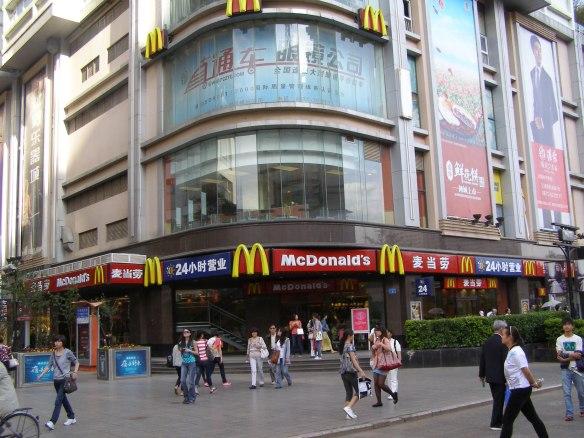 2011 Kunming: Mitten in der Stadt gibt es heute natürlich ein McDonald's