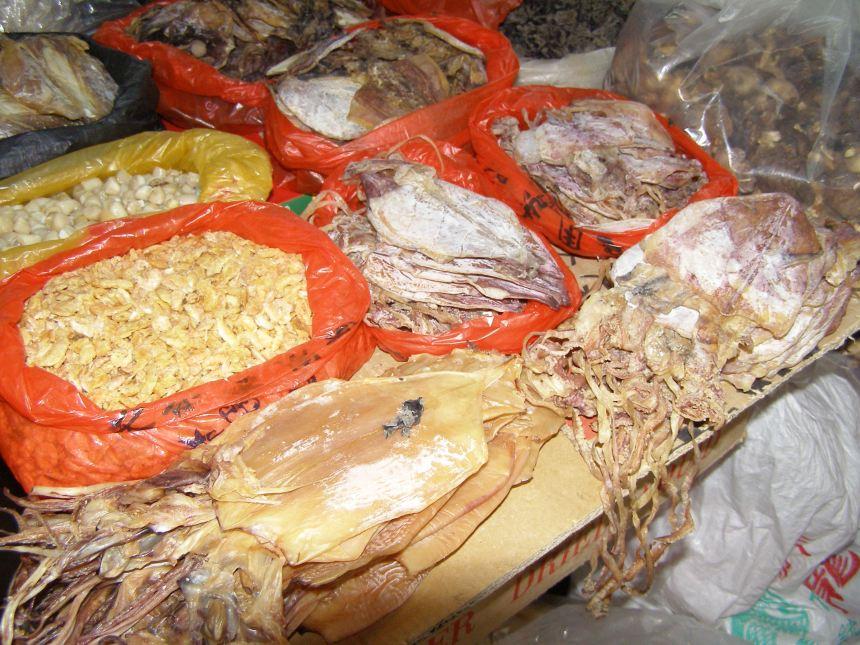 In der Markthalle von Yangshuo: Getrocknete Tintenfische.