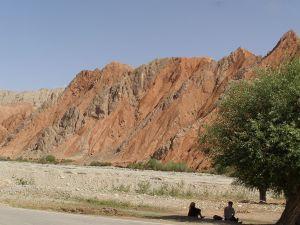 Rote Felsen am Karakorum Highway