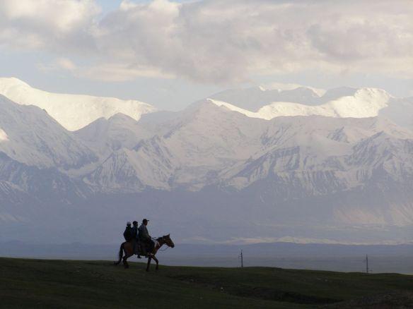 Morgens um 6, wenn die ersten Sonnenstrahlen auf die Gletscher des Pamirgebirges treffen.