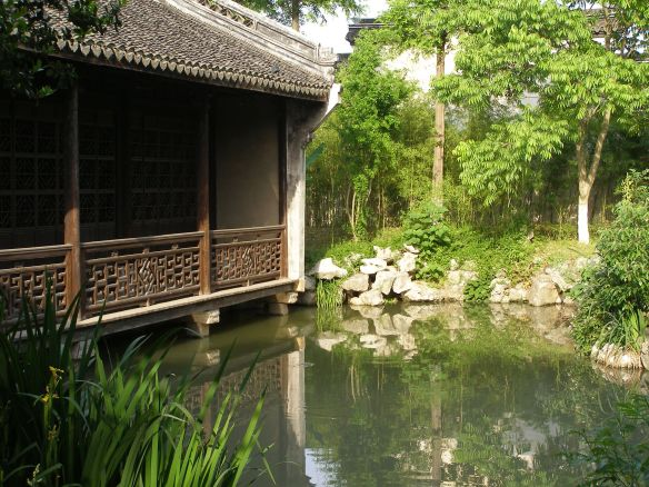 Garten in Wuzhen: Teil der ehemaligen Residenz von Mao Dun// Garden in Wuzhen with reflections of Trees and Flowers in the Pond