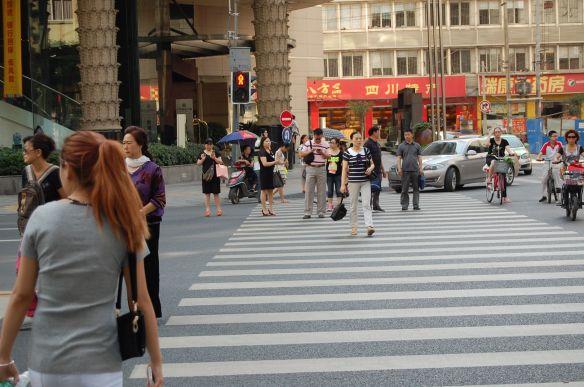 Jay Walking in Chengdu. Man beachte die rote Ampel!