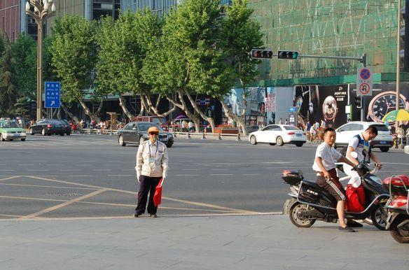 Aufpasser an einer Kreuzung in Chengdu