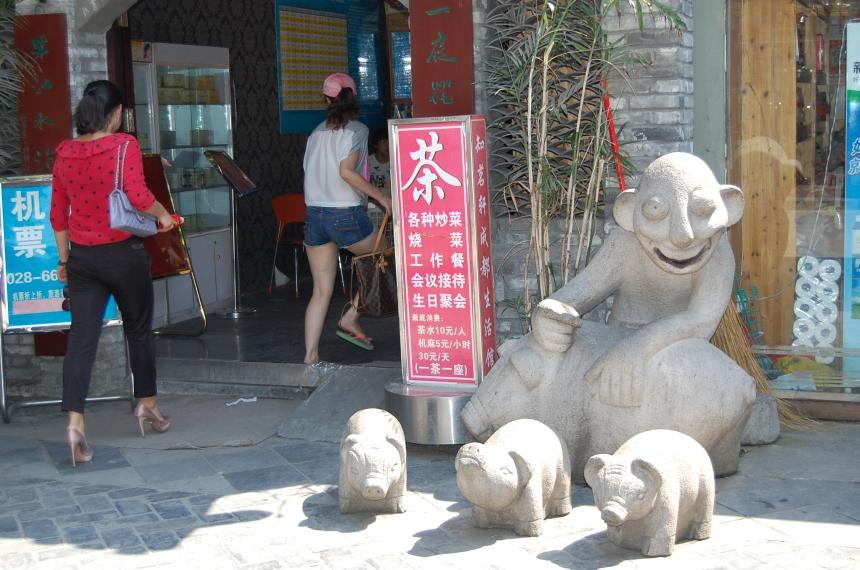 """In der """"Altstadt"""" beim Wenshu-Tempel, lustige Skulptur mit Schweinchen."""