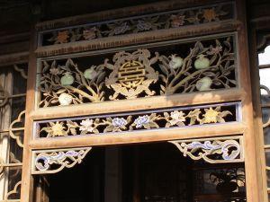 In der Mitte ist das stilisierte Zeichen für Glück zu sehen, eingerahmt von Fledermäusen