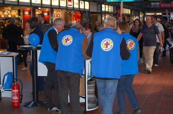 Die Mitarbeiter der Bahnhofsmission sind überall gut an den blauen Jacken mit dem gelbroten Emblem zu erkennen