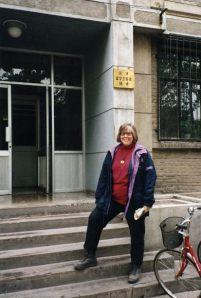 Vor dem Studentenwohnheim in Peking 1993