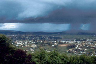 Madagaskar: Ein Gewitter zieht über Tana auf