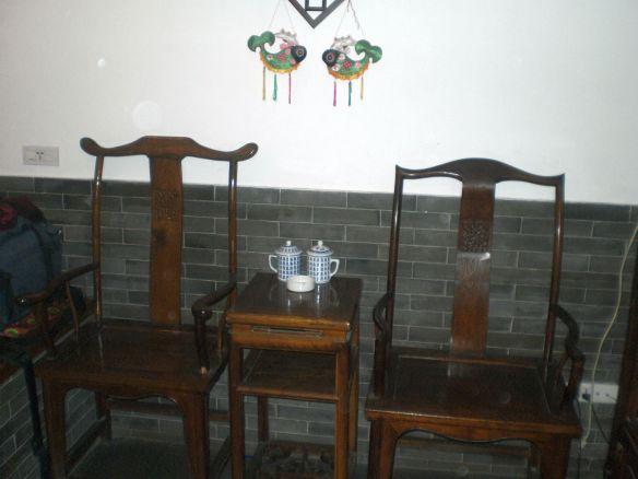 Pingyao, alte Stühle im Zimmer.