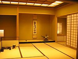 Ein schlichter Raum in Japan, vielseitig verwendbar, mit Tatami Matten und Tokonoma. Foto stammt von Wikipedia