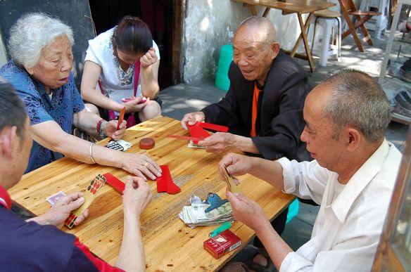 Ein unbekanntes Kartenspiel? Die Leute freuen sich, wenn man sich dafür interessiert.