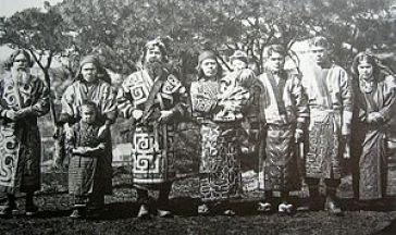 Ein historisches Foto einer Gruppe von Ainu in den schönen Gewändern. Foto dank Wikipedia