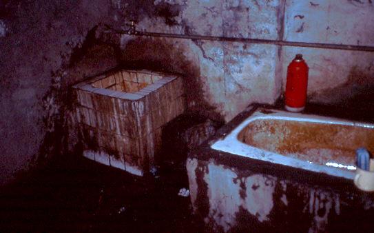 Pannen auf reisen: Das Badezimmer, 1992 am Rande der Taklamakan-Wüste