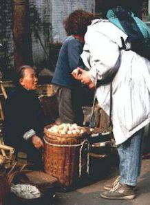 Ich verhandle um zwei Eier auf dem Markt in Chengdu