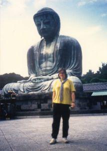 Ich vor dem Großen Buddha von Kamakura.