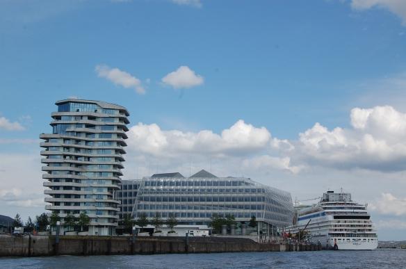 Hamburg Kreuzfahrtterminal von der Elbe aus