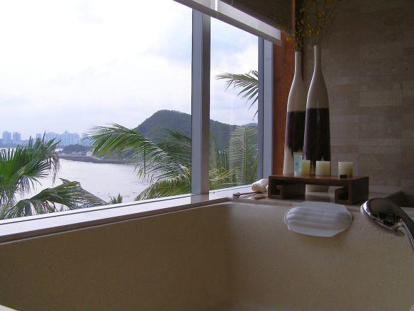 Badezimmer mit Aussicht aufs Meer