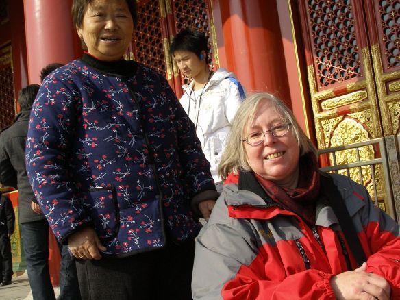 Nach einem kurzen Schwätzchen darf in China ein Foto nicht fehlen. Erst fotografierte der Mann mich und seine Frau mit seiner Kamera, dann nahm er auch gerne meine Kamera
