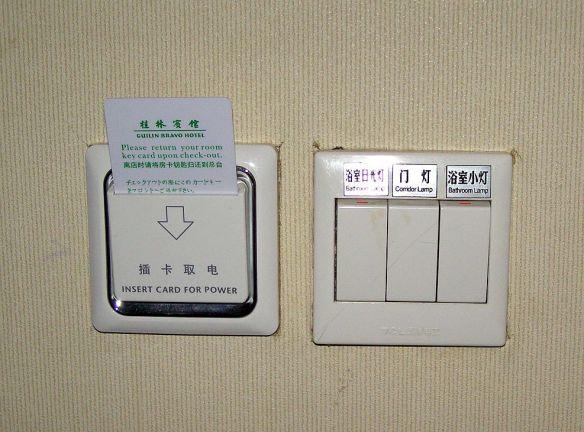Karte in den Energiesparschlitz stecken in einem Hotelzimmer in China