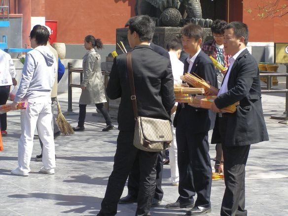 Lama-Tempel: auch Geschäftsleute hoffen darauf, dass dicke Bündel Räucherstäbchen und ein Gebet im Tempel ihr Business positiv beeinflusst