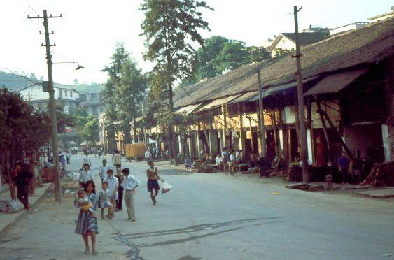 Die Straße der Nudelbuden, vor denen die Töpfe mit heißem Wasser und Essstäbchen stehen. 1993