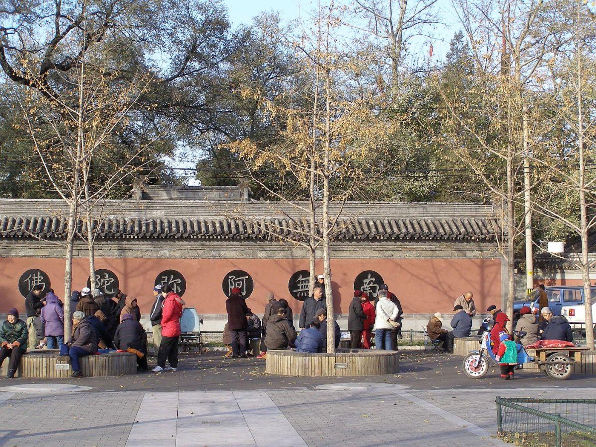 Auf dem Platz vor dem Tempel treffen sich die Einheimischen